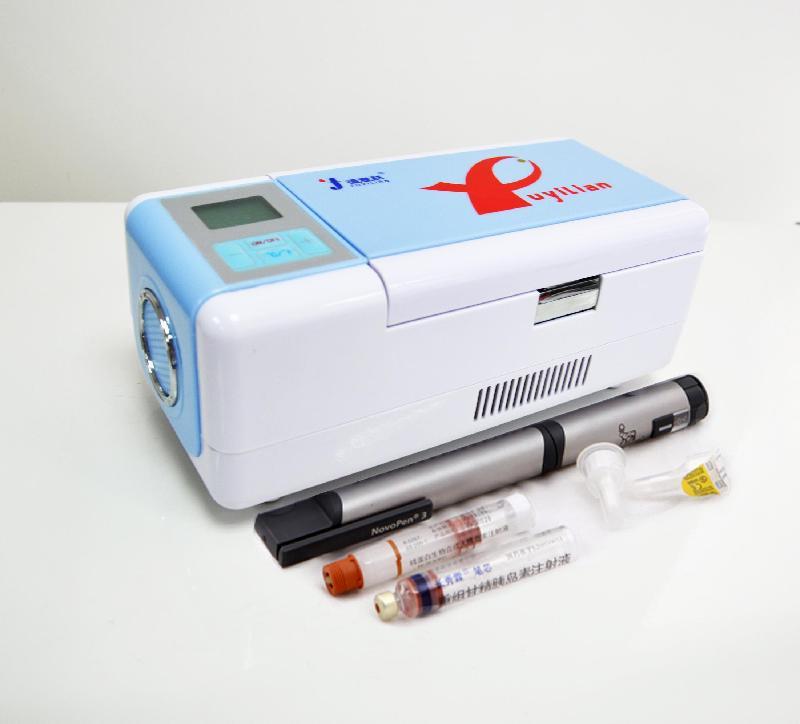 产品介绍: 本产品采用半导体制冷原理,专为患者朋友在高温天气里,携带、储藏药品而量身定制的微型冷藏装置。 本产品具有多种供电方式:家用220V交流电源,车载12V电源,7.4V电池、蓄电池等,智能温度?刂疲?驦CD液晶屏幕温度及状态显示,双制式温度(摄氏/华氏)可互换等功能;适合多种场合使用,是广大患者朋友居家和外出的*佳之选。 产品特点:  轻巧便携:袖珍型的机身,小巧精美,配置锂电池供电系统和车载电源连接器,轻盈在握,让您尽享无尽便携生活!  专用空间:提供存放药品专用的冷藏空间,避免与其他物品