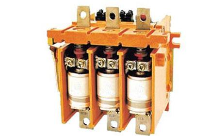 组装成电磁起动器;单极接触器特别适宜路灯